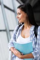 estudante universitário feminino inteligente sonhar acordado foto