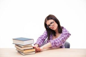 jovem estudante empurra livros foto