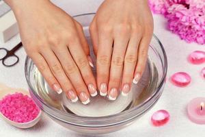 mãos femininas com manicure francesa perfeita foto
