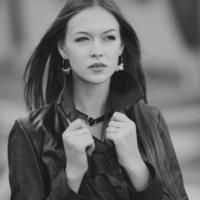 jovem fêmea com cabelo comprido bonito posando. foto