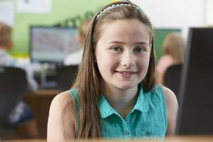 aluno do ensino fundamental feminino na aula de informática foto