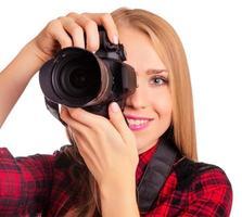 atraente fotógrafo feminino segurando uma câmera profissional