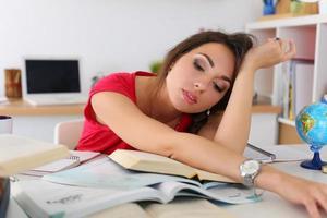 cansada jovem aluna no vestido vermelho foto