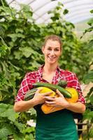 jardineiro feminino no mercado jardim ou viveiro foto