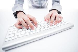 feminino mão digitando no teclado foto