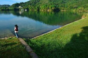 belas paisagens do lago e turista feminina foto