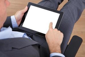 empresário, segurando o tablet digital foto