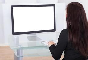 mulher de negócios usando o computador foto
