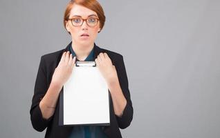 empresária com folha de papel branca foto