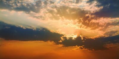 belo pôr do sol brilhante foto