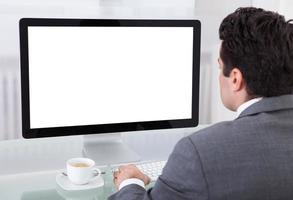 homem de negócios usando o computador foto