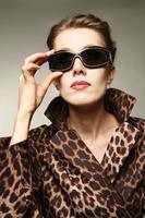 óculos de sol e estampas de leopardo foto