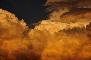 nuvens ao pôr do sol