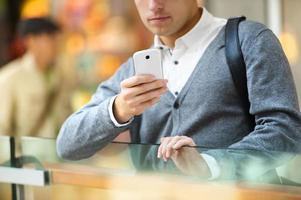 homem no shopping foto