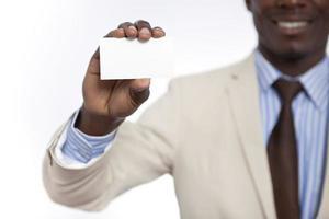 homem de negócios na África negra segurando o cartão em branco