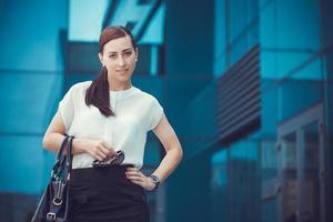 mulher de negócios andando lá fora na cidade foto