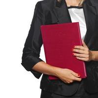 mulher com livro vermelho foto