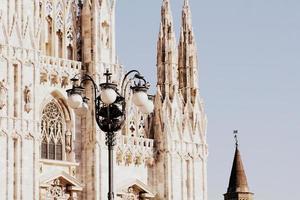 Catedral Duomo de Milão e luzes de rua em Milão, Itália foto