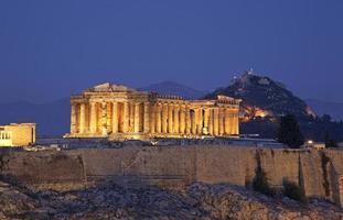 Acrópole em Atenas no crepúsculo. Grécia foto