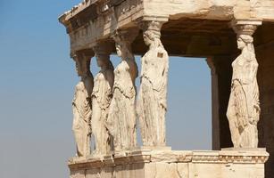 acrópolis de Atenas. colunas de cariátides. Grécia foto