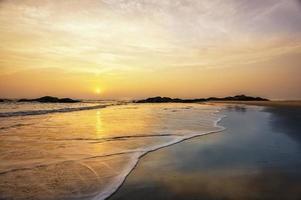 Praia Chera ao pôr do sol, Kannur, Kerala, Índia. foto