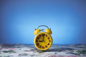 relógio e dinheiro foto