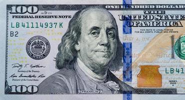 dólares em fundo branco foto