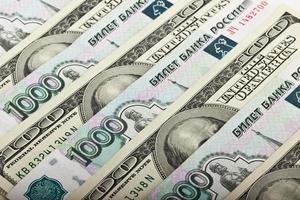 rublos russos e dólares americanos foto