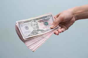 mão segurando com dinheiro foto
