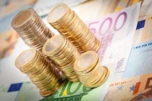 pilhas de dinheiro em euros foto