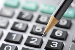 cálculo de orçamento financeiro com lápis foto