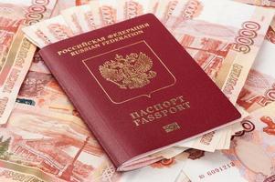 passaporte russo com dinheiro foto