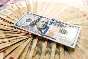 dinheiro ucraniano e americano foto