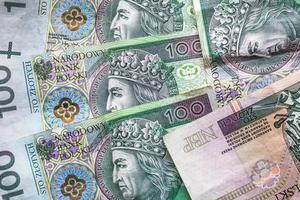 fundo de dinheiro empilhado muitas notas polonesas foto