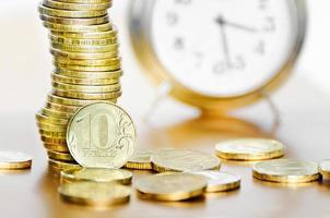 despertador e dinheiro foto