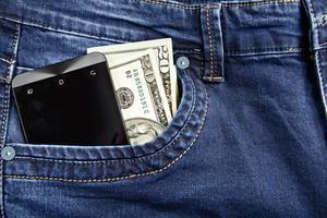 telefone de dinheiro em jeans foto