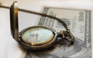 relógio de bolso e dinheiro foto