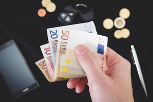 mans mão segurando o dinheiro foto