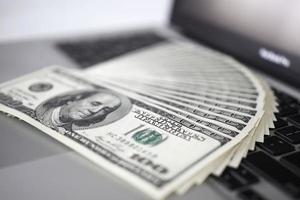 dinheiro e teclado de computador foto