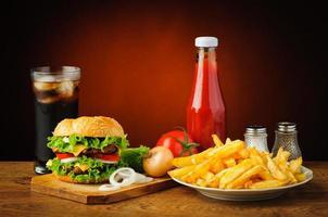 natureza morta com menu de hambúrguer foto