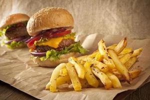 hambúrguer fresco com batatas fritas foto