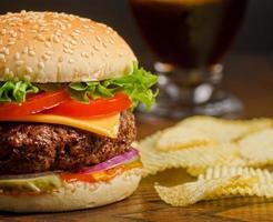 cheeseburger e batatas fritas foto