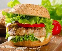 hambúrguer caseiro com carne e legumes. foto