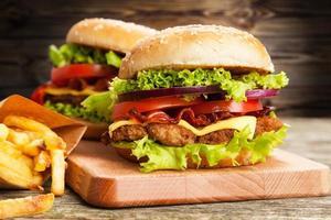 delicioso hambúrguer e batatas fritas foto