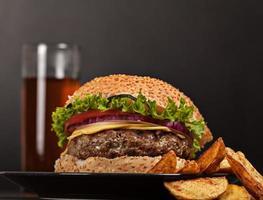 refeição rápida no almoço de hambúrguer fresco foto