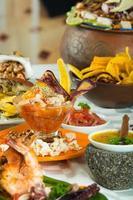 deliciosos pratos de frutos do mar decorados sobre uma mesa