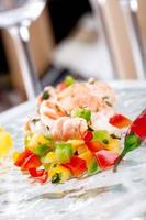 salada de camarão e legumes foto