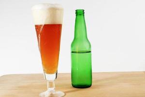 cabeça de cerveja rica transbordando foto