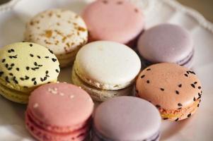 sobremesa de macarons franceses macro em um prato branco foto