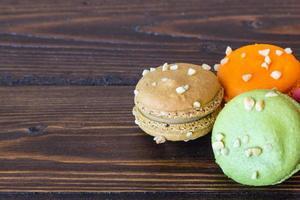macarons coloridos na mesa de madeira foto